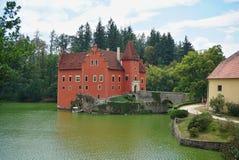 Красивый красный замок Cervena Lhota в чехии выглядя как от сказки стоковая фотография rf