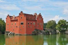 Красивый красный замок Cervena Lhota в чехии выглядя как от сказки стоковые фотографии rf