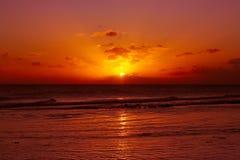 Красивый красный заход солнца пляжа Стоковые Фотографии RF