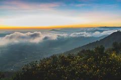Красивый красочный восход солнца неба & горы на Phurua Стоковые Изображения