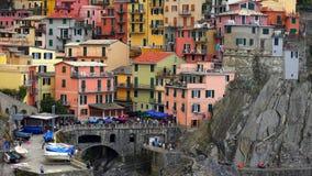Красивый красочный городской пейзаж на горах над Средиземным морем, Европой, Cinque Terre, традиционной итальянской архитектурой стоковое фото