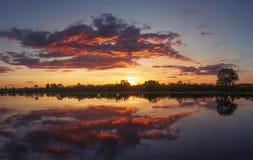 Красивый красочный заход солнца лета с изумительным небом над рекой Розовое, желтое и красное cloudscape стоковые изображения rf