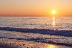 Красивый красочный заход солнца над морем и солнцем светит померанцовое небо Стоковая Фотография RF