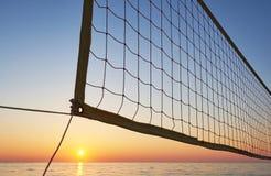 Красивый красочный заход солнца над морем и солнцем светит померанцовое небо Стоковое Изображение RF