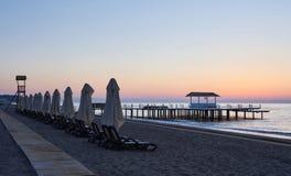 Красивый красочный заход солнца над морем и солнцем светит померанцовое небо Стоковые Фото