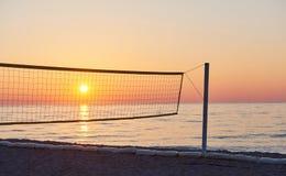 Красивый красочный заход солнца над морем и солнцем светит померанцовое небо Стоковая Фотография