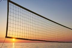 Красивый красочный заход солнца над морем и солнцем светит померанцовое небо Стоковое Изображение