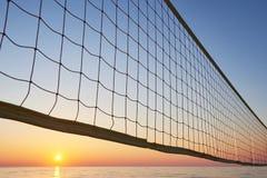 Красивый красочный заход солнца над морем и солнцем светит померанцовое небо Стоковые Фотографии RF