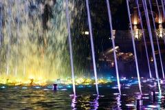 Красивый, красочный, музыкальный, фонтан в городе Краснодар на предпосылке центрального бульвара стоковое фото