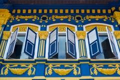 Красивый красочный фасад с штарками открытого окна Красивый красочный фасад с штарками открытого окна красивейший singapore стоковое изображение rf