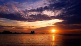 Красивый красочный twilight излучающий заход солнца пляжа моря Стоковая Фотография RF
