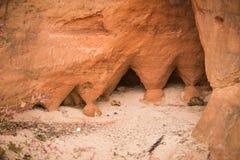 Красивый крупный план скал песчаника в Латвии Близкая картина образований песка Пещеры песчаника на взморье Стоковая Фотография