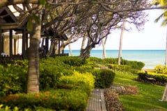Красивый курорт на пляже и обширном море стоковые изображения