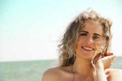 Красивый, курчавый портрет девушки на море Стоковые Изображения RF