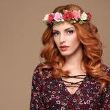 Красивый курчавый Redhead в венке цветка моды Стоковая Фотография RF
