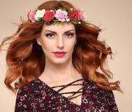 Красивый курчавый Redhead в венке цветка моды Стоковые Фото