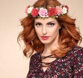 Красивый курчавый Redhead в венке цветка моды Стоковые Изображения