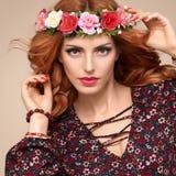 Красивый курчавый Redhead в венке цветка моды Стоковые Изображения RF