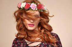 Красивый курчавый Redhead в венке цветка моды Стоковые Фотографии RF