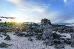 Красивый ландшафт абстрактных камней на холме на заходе солнца Стоковые Изображения