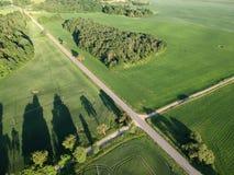 Красивый ландшафт вечера с дорогой, рощей и полями, воздушными Стоковое Изображение RF