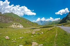 Красивый ландшафт горы лета с дорогой Стоковая Фотография