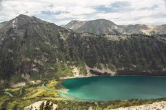 Красивый ландшафт горы с одной малой горой и озером Стоковое Фото
