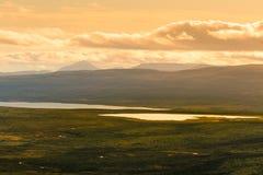 Красивый ландшафт горы с озером в расстоянии Горы осени в Норвегии Стоковые Фотографии RF