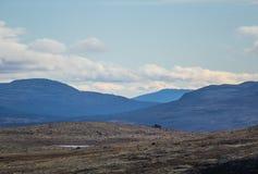 Красивый ландшафт горы с озером в расстоянии Горы осени в Норвегии Стоковое фото RF