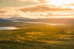 Красивый ландшафт горы с озером в расстоянии Горы осени в Норвегии Стоковое Изображение RF