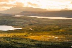 Красивый ландшафт горы с озером в расстоянии Горы осени в Норвегии Стоковая Фотография