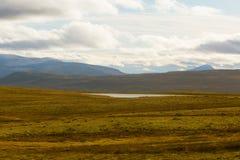 Красивый ландшафт горы с озером в расстоянии Горы осени в Норвегии Стоковые Изображения