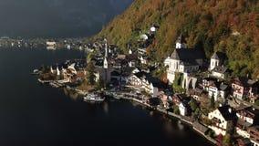 Красивый ландшафт деревни Hallstatt и озера Hallstatt в Австрии сток-видео