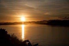Красивый ландшафт захода солнца на реке Стоковое Изображение RF