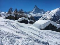 Красивый ландшафт зимы со снегом покрыл коттеджи перед горой Маттерхорна стоковая фотография rf