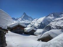 Красивый ландшафт зимы со снегом покрыл коттеджи перед горой Маттерхорна стоковые изображения