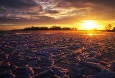 Красивый ландшафт зимы с небом захода солнца и замороженным озером стоковые фото
