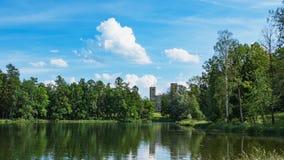 Красивый ландшафт лета с прудом около старого дворца Gatchina E стоковое изображение rf