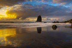 Красивый ландшафт моря, заход солнца над атлантическим пляжем стоковые изображения