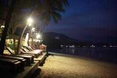 Красивый ландшафт ночи с Bokeh на ноче на пляже стоковая фотография