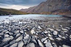 Красивый ландшафт озера горы стоковые фотографии rf