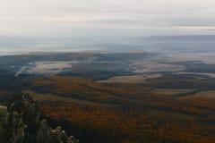 Красивый ландшафт осени, гора, лес стоковое фото