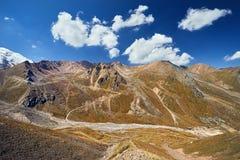 Красивый ландшафт снежных гор стоковые изображения