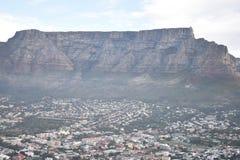 Красивый ландшафт с большой горой таблицы сфотографировал от холма сигнала в Кейптауне, Южной Африке стоковые изображения rf