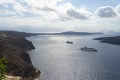 Красивый ландшафт с видами на море Туристическое судно в море около NEA Kameni, малого греческого острова в Эгейском море около S Стоковое Изображение RF