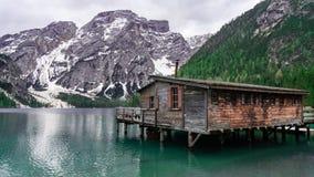 Красивый ландшафт с видом на озеро горы Хижина озера Bries на доломитах в Италии стоковое фото