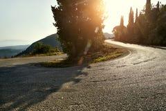 Красивый ландшафт с дорогой в горах Греческий ландшафт paleokastrica острова corfu Греции свободного полета стоковое изображение