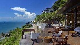 Красивый ландшафт с небом, зелеными деревьями и гостиницой стоковые фотографии rf