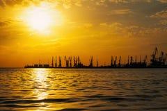 Красивый ландшафт с пламенистыми небом и морем захода солнца Стоковые Фотографии RF