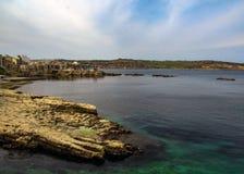 Красивый ландшафт с ясной водой бирюзы в заливе Pauls Святого, Bugibba, на среднеземноморском острове Мальты, Европа стоковое изображение rf
